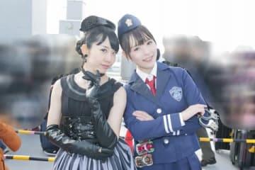 「コミックマーケット95」に登場した「仮面ライダードライブ」のメディック(左)と詩島霧子のコスプレーヤー
