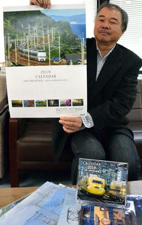 湖国の鉄道風景を集めた2019年版カレンダーを作った清水さん(滋賀県草津市草津3丁目)