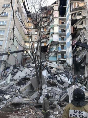 ガスが原因とみられる爆発が起き、崩れ落ちたアパート=31日、ロシア南部チェリャビンスク州マグニトゴルスク(タス=共同)