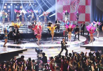 NHK紅白歌合戦で熱唱するサザンオールスターズ=31日夜、東京都渋谷区のNHKホール
