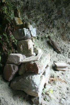 猪川内岩屋堂に残る石造の如来坐像(手前)と木造の菩薩立像(奥)=中津市三光田口