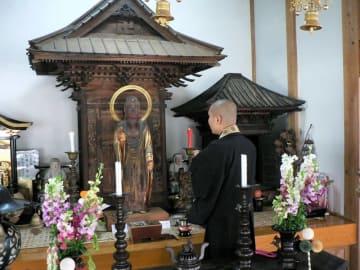 寺宝「成就阿弥陀如来立像」の特別御開帳が始まった弘行寺。御開帳は約8年ぶりになる=29日、睦沢町