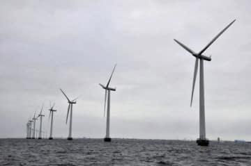 欧州は世界の洋上風力発電の設備容量の9割を占め、巨大な市場を形成している。青森県でも今後、洋上風力発電の導入が進むことでエネルギー供給、新たな産業創出が期待される。写真はデンマークの首都コペンハーゲンの沖合にある洋上風力発電設備=2013年1月