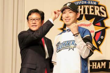 今季から日本ハムでプレーする金子弌大(右)【写真:石川加奈子】
