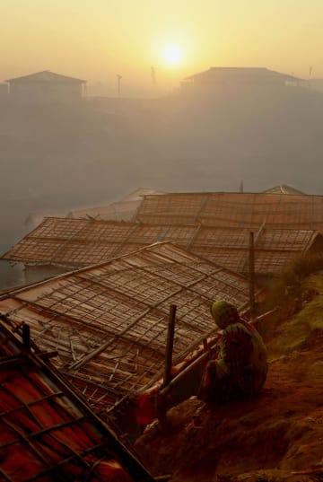 バングラデシュ・コックスバザールのロヒンギャ難民キャンプを照らす新年の朝日=1日(共同)