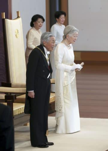 新年祝賀の儀であいさつされる天皇、皇后両陛下=1日午前、宮殿・松の間(代表撮影)