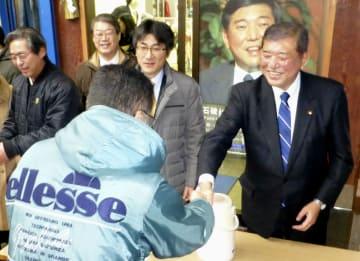事務所前で支援者と握手する自民党の石破元幹事長=1日、鳥取市