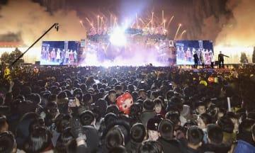 平壌の金日成広場で行われた年越しコンサート「迎春祝賀公演」=1日(共同)