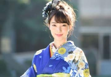晴れ着でインタビューに応じた宮本茉由さん