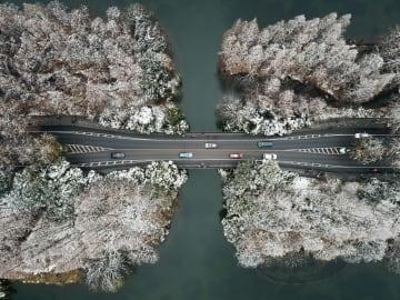 白い絶景 空から見た西湖 浙江省杭州市