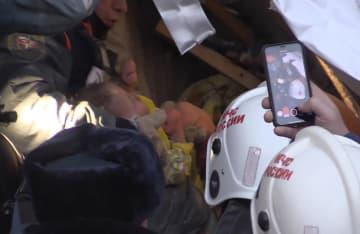 ロシア南部チェリャビンスク州マグニトゴルスクで、崩落したアパートから救出された男児(ロシア非常事態省提供・タス=共同)