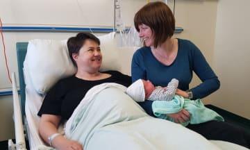 スコットランド保守党のデービッドソン党首とパートナーがもうけた赤ちゃんの誕生を伝える写真