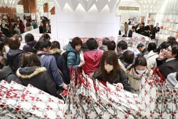 日本橋三越本店の初売りで、福袋を買い求める客=2日午前、東京都中央区
