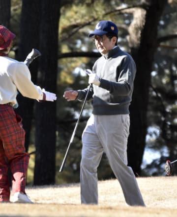今年初めてのゴルフを楽しむ安倍首相=2日午前、神奈川県茅ケ崎市