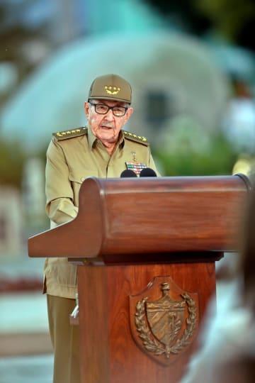 キューバ革命60年の記念式典で演説するラウル・カストロ前国家評議会議長=1日、キューバ東部サンティアゴデクーバ(ロイター=共同)