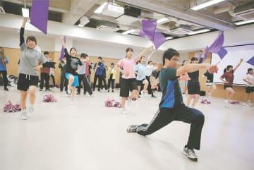 初の団祭に向け、練習に励む応援団員=仙台市青葉区の東北大川内キャンパス