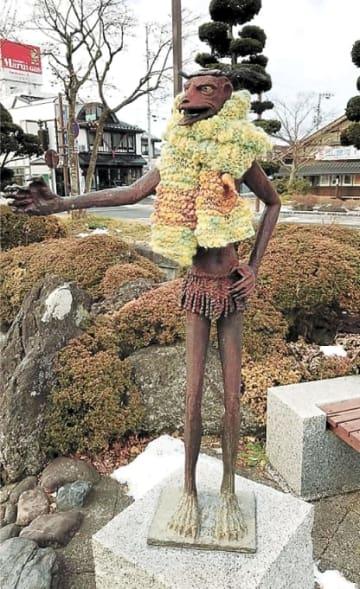 手編みのマフラーが巻き付けられたカッパの銅像