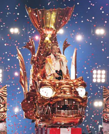 NHK紅白歌合戦に5年ぶりに出場し、巨大なセットで熱唱する北島三郎さん=2018年12月31日夜、東京都渋谷区のNHKホール