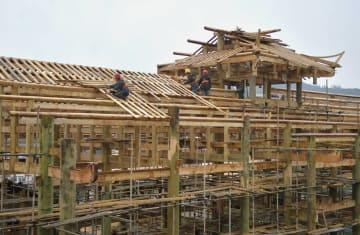 厳冬の年末家づくりに励む大工たち 湖北省宣恩県