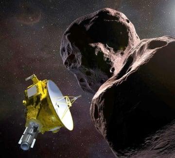 天体ウルティマトゥーレ(右)に到達した探査機ニューホライズンズの想像図(NASA提供・共同)