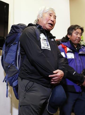 出発を前に校長を務めるクラーク記念国際高校の生徒の前であいさつする冒険家の三浦雄一郎さん=2日、羽田空港