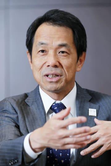インタビューに答える日本生命保険の清水博社長