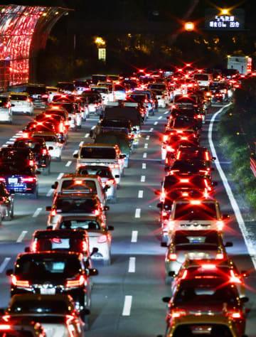 Uターンラッシュで渋滞する東名高速道路上り線=2日午後5時26分、神奈川県海老名市