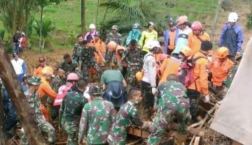 土砂崩れが発生したインドネシア・西ジャワ州スカブミ県の村での救助活動=1日(国家災害対策庁提供・共同)