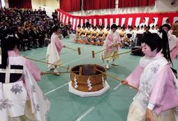 「湯もみ」を披露する稚児姿の芸妓ら=神戸市北区有馬町、有馬小学校