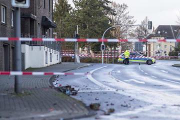 1日、ドイツ西部ノルトライン・ウェストファーレン州ボトロップで警察が封鎖した道路(DPA提供・AP=共同)