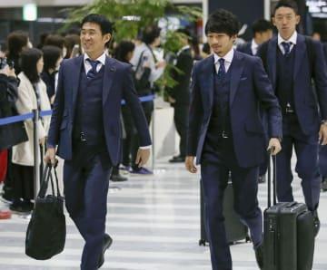 アジア・カップに向け、UAEに出発する森保監督(左)と柴崎=2日、成田空港