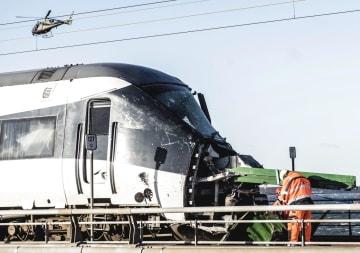 2日、デンマークのシェラン島とフュン島を結ぶ橋で起きた事故で損傷した旅客列車(AP=共同)