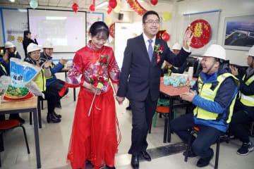 建設現場で新年の集団結婚式 北京市