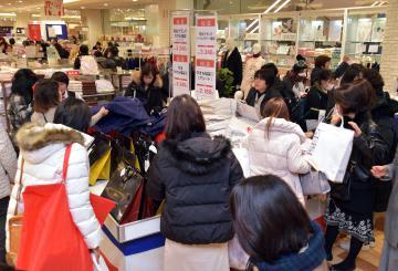 初売りで福袋を品定めする買い物客=2日午前、水戸市泉町