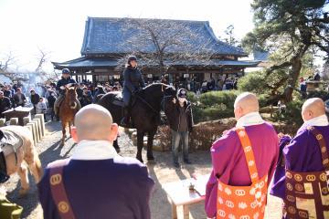 初詣で馬の健康と安全を祈願する大和ホースパークのスタッフ=桜川市本木