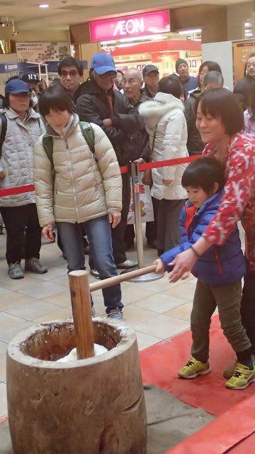 地元町内会が協力し、買い物客が参加して行われた餅つき大会=ショッパーズプラザ横須賀