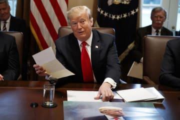 北朝鮮の金正恩朝鮮労働党委員長から届いたとする書簡を手にするトランプ米大統領=2日、米ホワイトハウス(AP=共同)