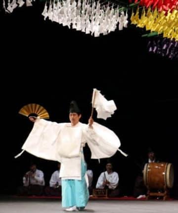 「神降し」を披露する梶矢神楽団のメンバー