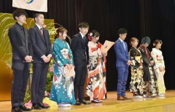 【成人式であいさつをする実行委員会のメンバーら=大紀町崎のコンベンションホールで】