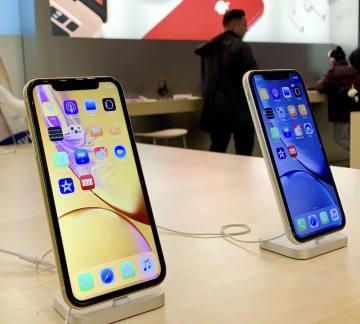 米アップルのスマートフォン「iPhone(アイフォーン)☆(ローマ数字10)R」=2018年11月18日、ニューヨーク