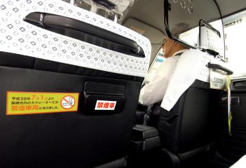 吸い殻入れに「禁煙車」のステッカーを張ったタクシー=長崎市元船町