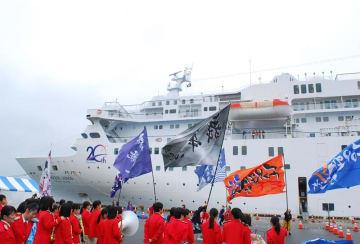 2年連続で木更津港に入港した「ぱしふぃっくびいなす」。岸壁では歓迎イベントが開かれた=昨年11月9日、木更津市