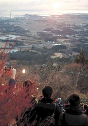 鹿狼山元日登山で初日の出を楽しむ参加者