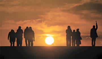 名取市閖上地区から望む初日の出。空も海もオレンジ色の光に包まれた