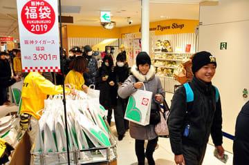 福袋を求める買い物客ら=2日、大阪市北区の阪神百貨店梅田本店