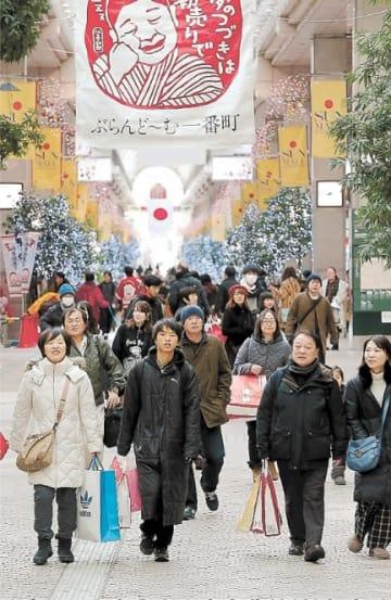 福袋を手にした買い物客が行き交う商店街=2日午前8時35分ごろ、仙台市青葉区一番町3丁目