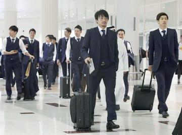 ドバイの空港に到着した大迫(右端)、柴崎(手前)ら日本イレブン=3日(共同)