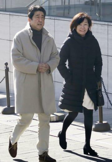東京・六本木を散歩する安倍首相と昭恵夫人=3日