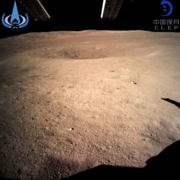 月の裏側へ着陸した無人探査機「嫦娥4号」が撮影した写真。中国国家宇宙局が公開した=3日(新華社=共同)