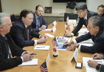 昨年11月、米国務省でナッパー国務副次官補代行(左中央)らと会談する沖縄県の玉城デニー知事(右手前)=ワシントン(沖縄県提供・共同)
